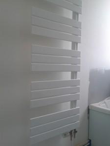 Sèche-serviette à tubes plats et collecteurs du même côté ELATO